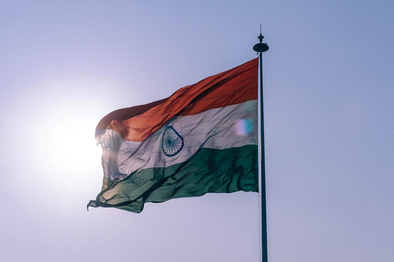 flaga kraju wśród słońca