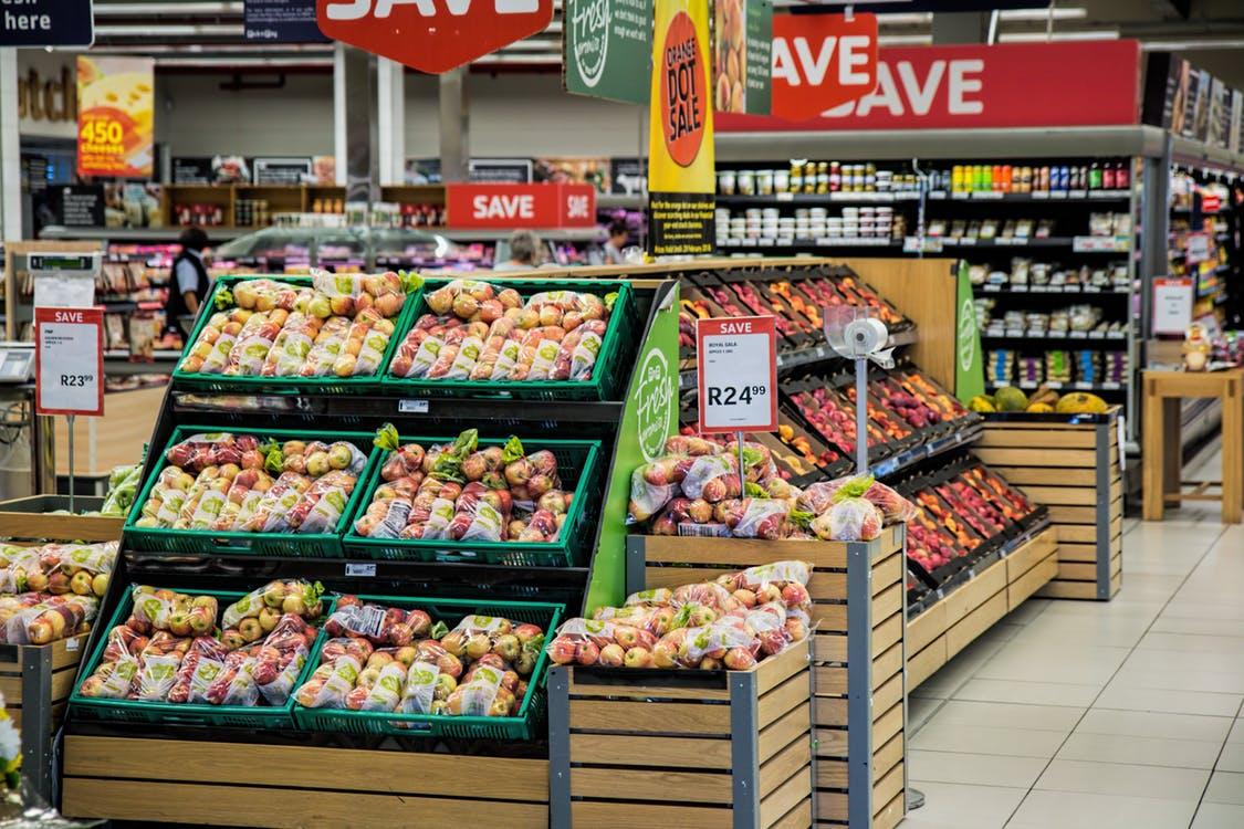 sklep spożywczy dział warzyw i owoców