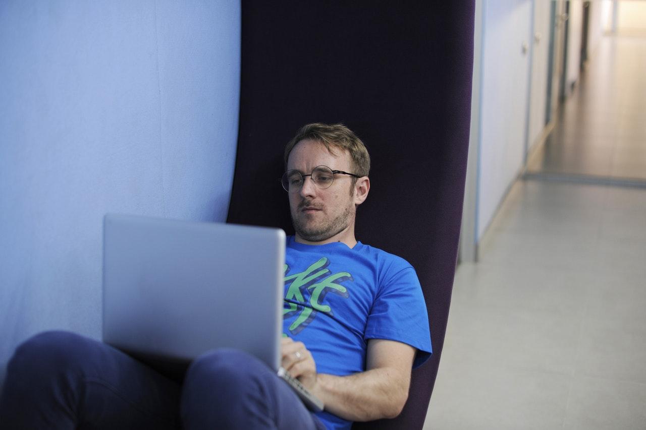 mężczyzna korzystający z laptopa