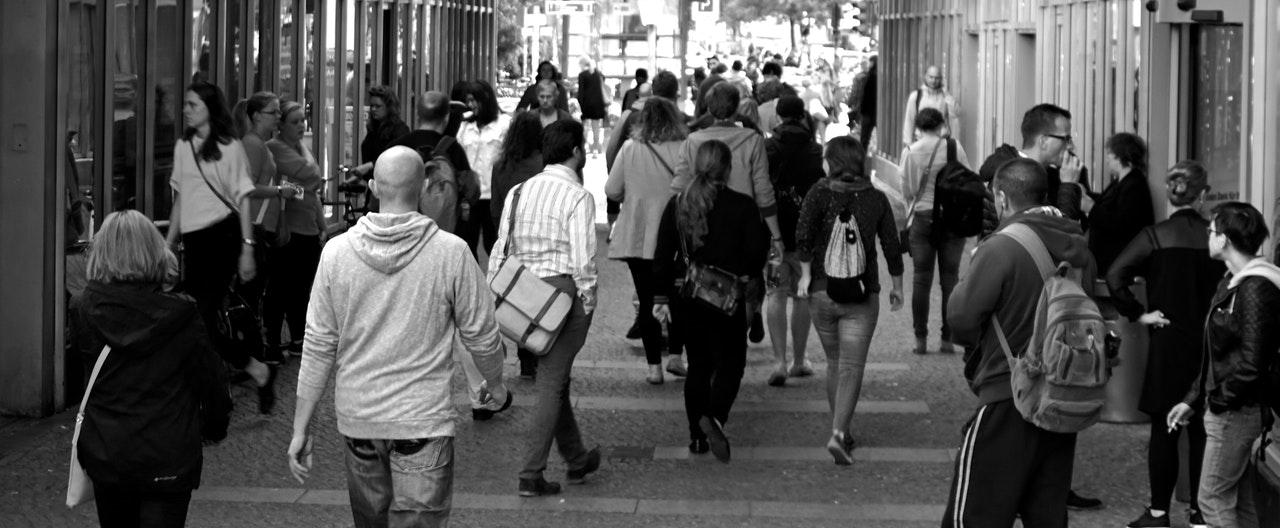 ludzie idący ulicą