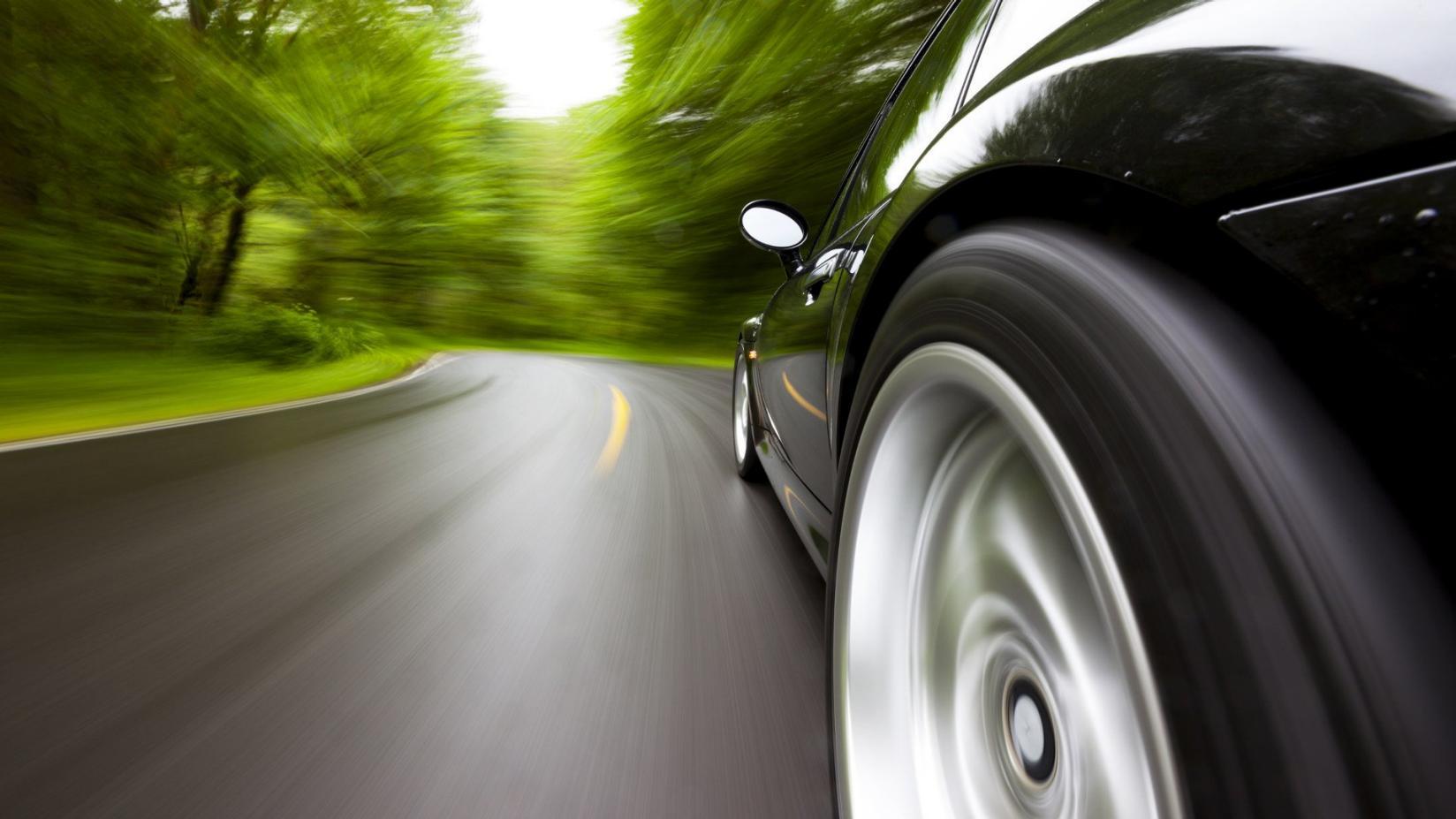samochód na drodze