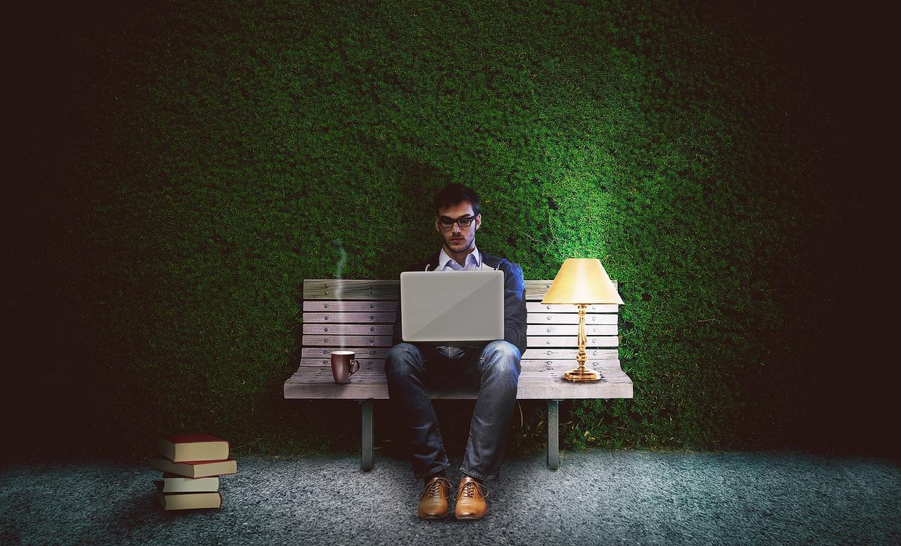 bloger pracujący na ławce