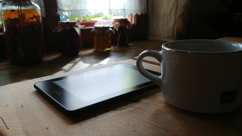 kindle czytnik e-booków i filiżanka