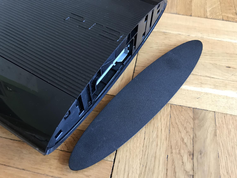 Demontaż zaślepki w PlayStation 3 - wymiana dysku twardego