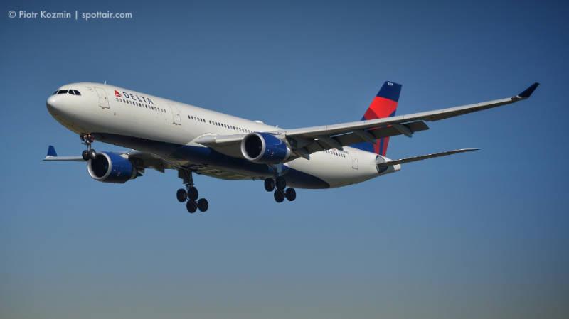 linia delta - samolot w powietrzu