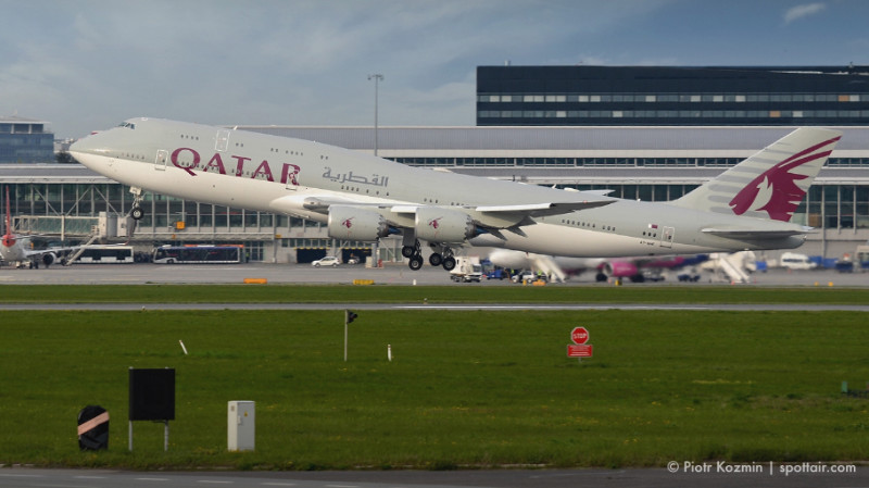 qatar airways - jumbo jet