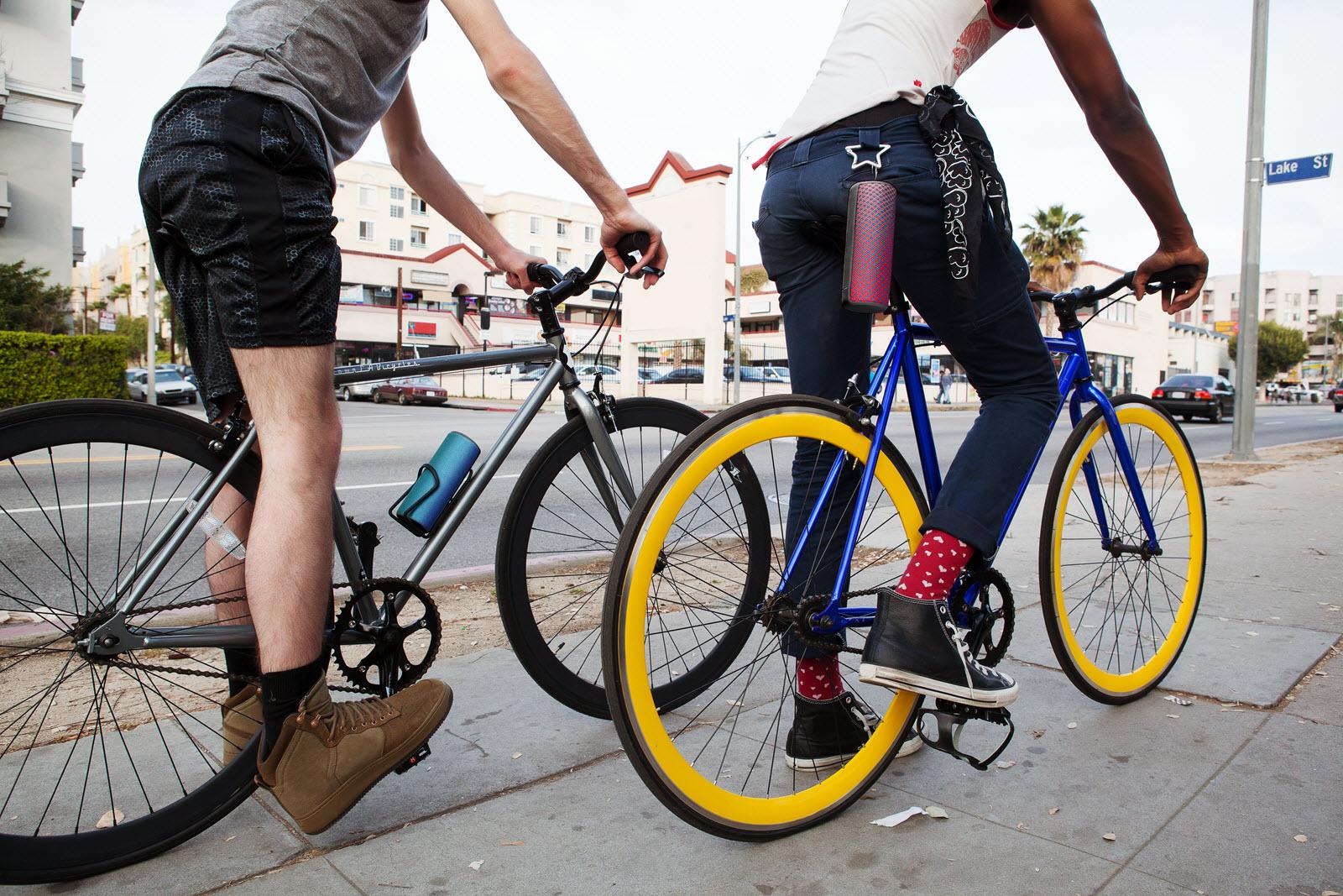 Glosniki Ultimate Ears i dwóch mężczyzn na rowerach