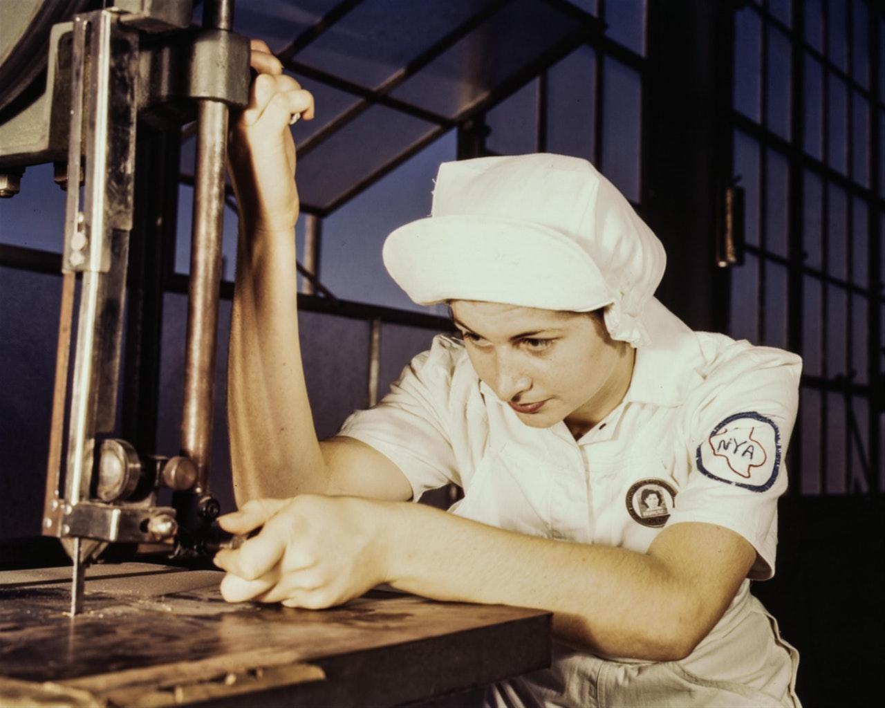 kobieta skupiona na pracy