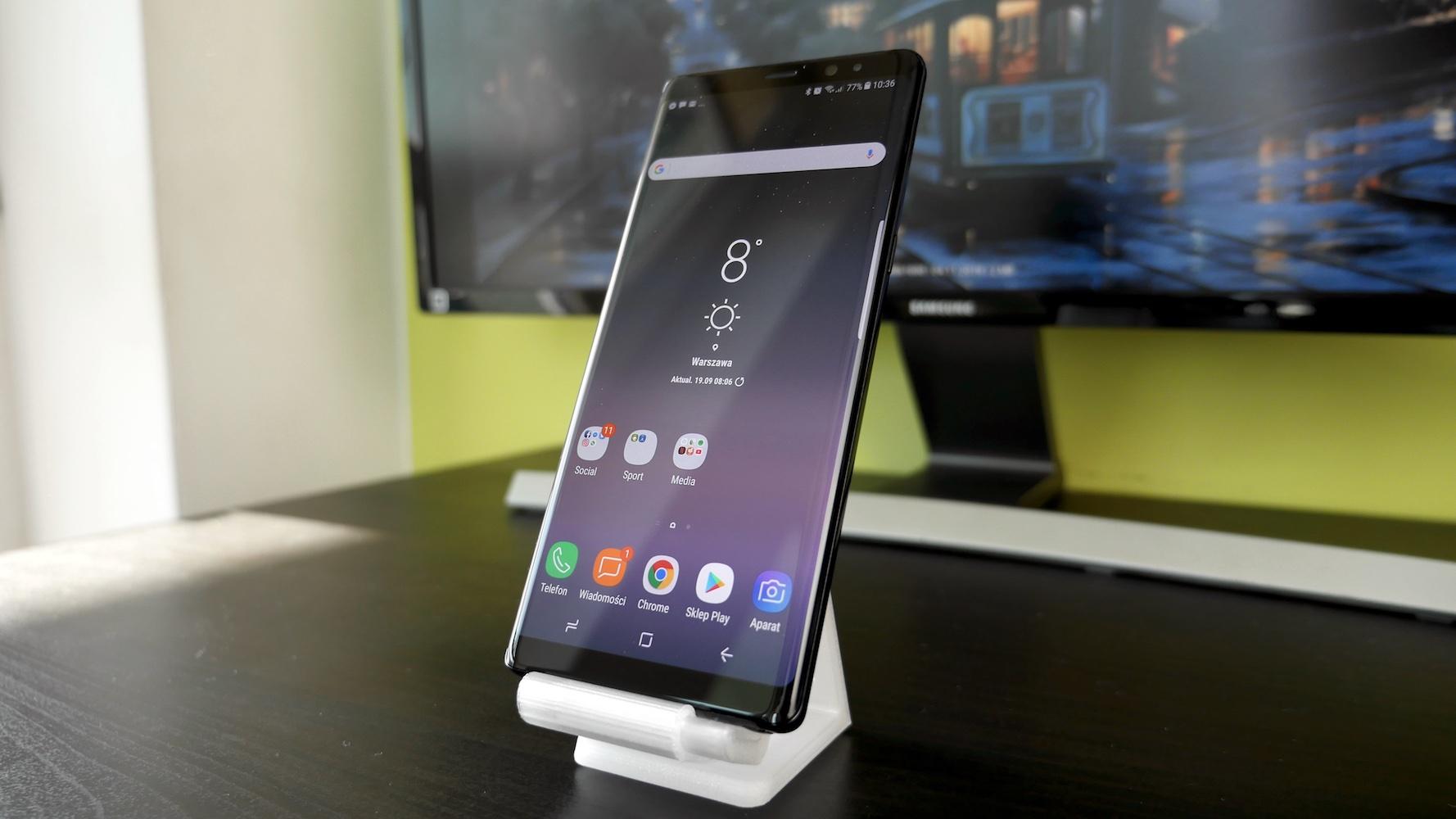 Samsung Galaxy Note 8 - stojący na podstawce
