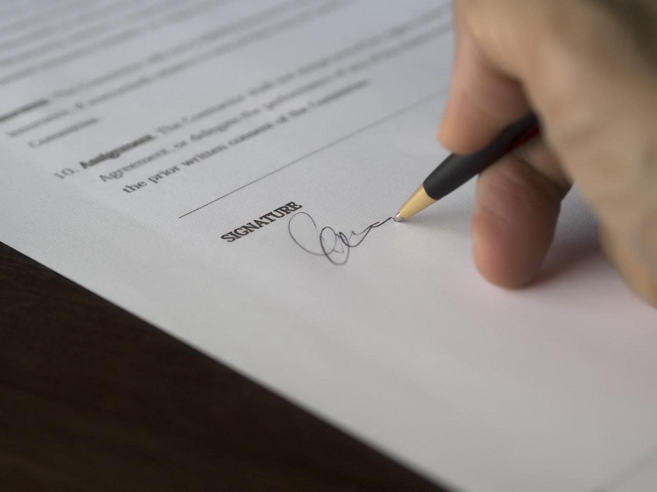 podpis w umowie