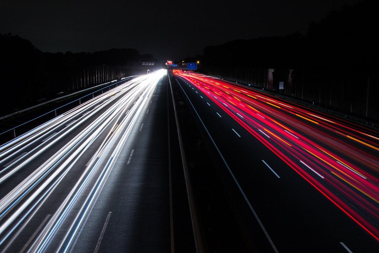 autostrada światła na drodze