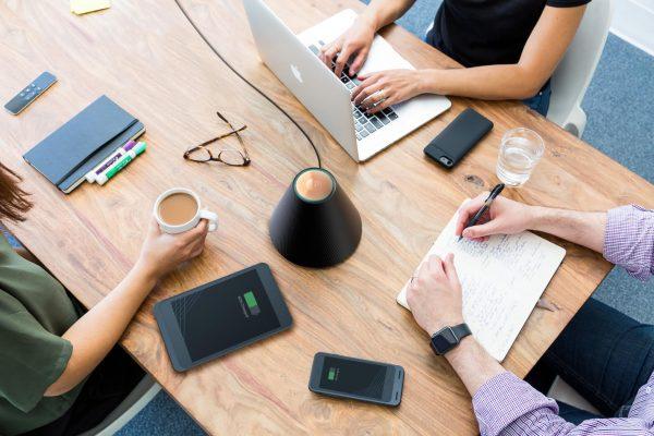 spotkanie i ładowanie urządzeń bezprzewodowo