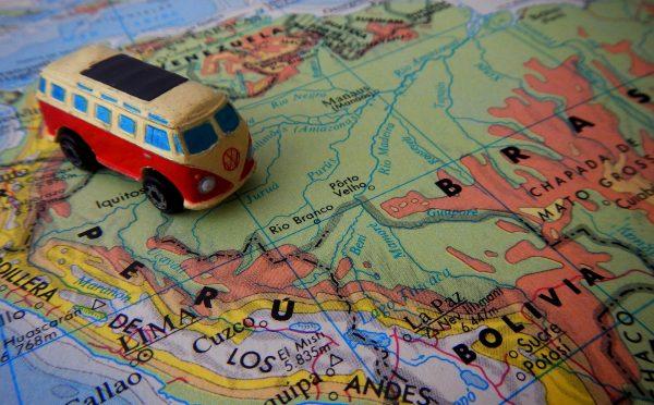 samochód i mapa Ameryki Południowej
