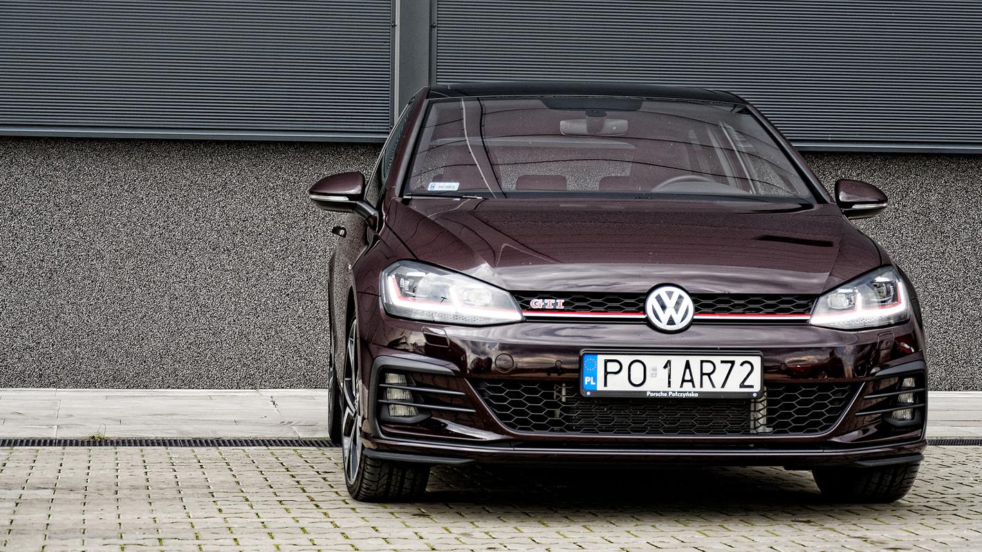 Volkswagen Golf GTI Performance z charakterystycznym dla GTI akcentami