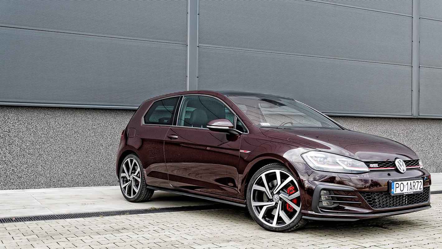 Czerwone zaciski hamulców w Volkswagen Golf GTI Performance