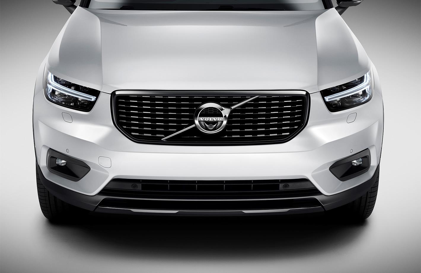 Charakterystyczne przednie reflektory w Volvo XC40