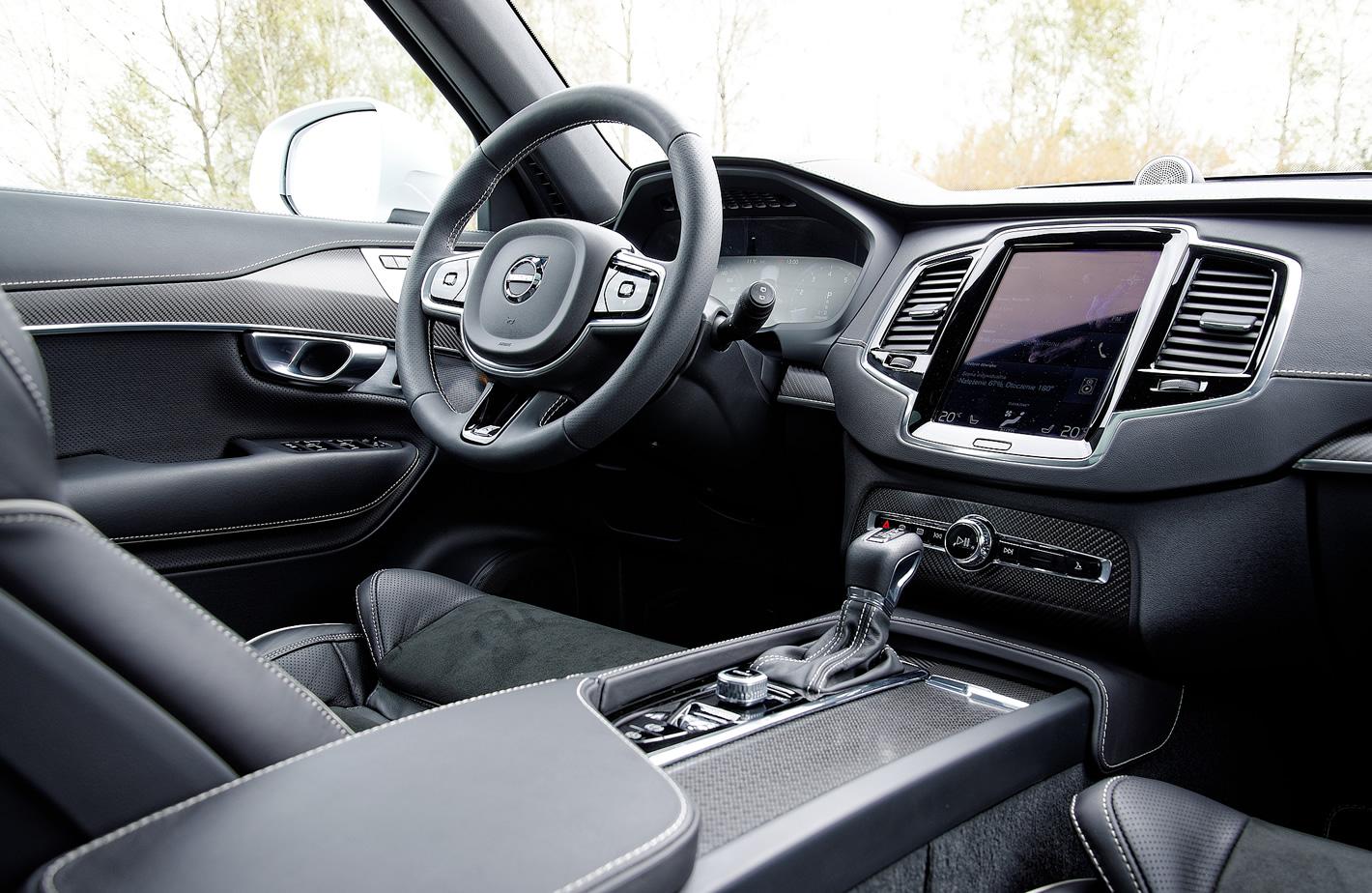 Volvo XC90 T6 AWD R-design - karbonowe wstawki w kabinie