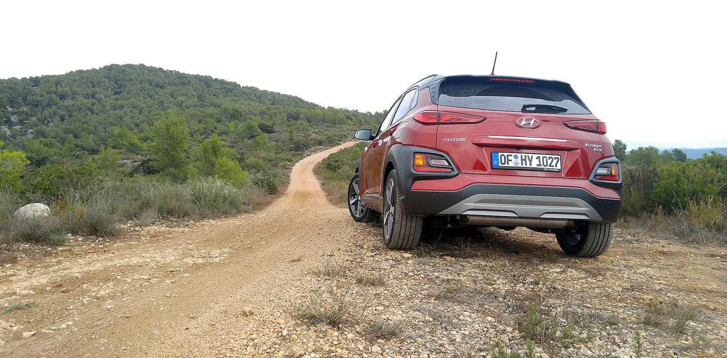Hyundai Kona na nieutwardzonej drodze