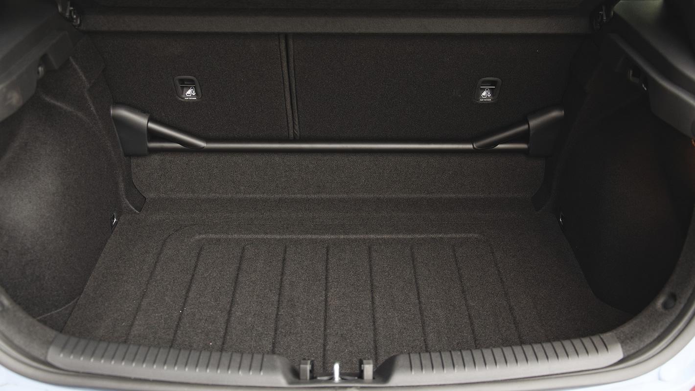 Hyundai i30 N Performance - rozpórka w bagażniku