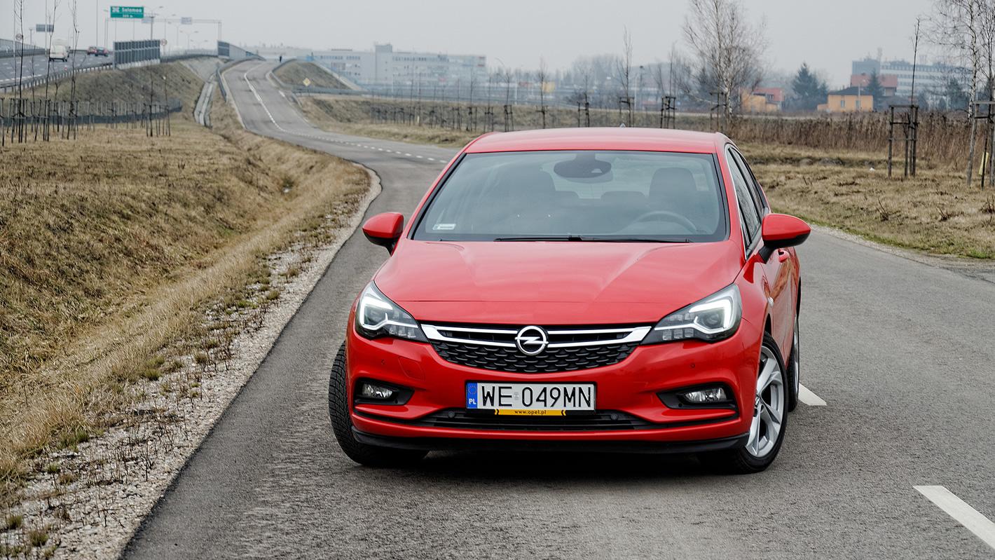 Opel Astra Hatchback w czerwonym kolorze