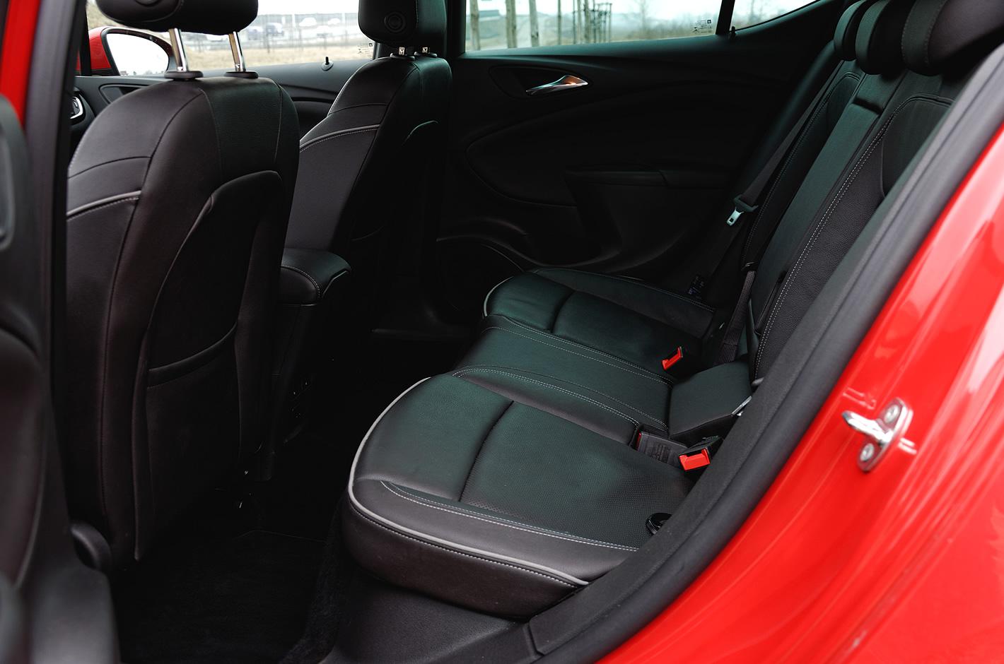 Opel Astra ilość miejsca z tyłu