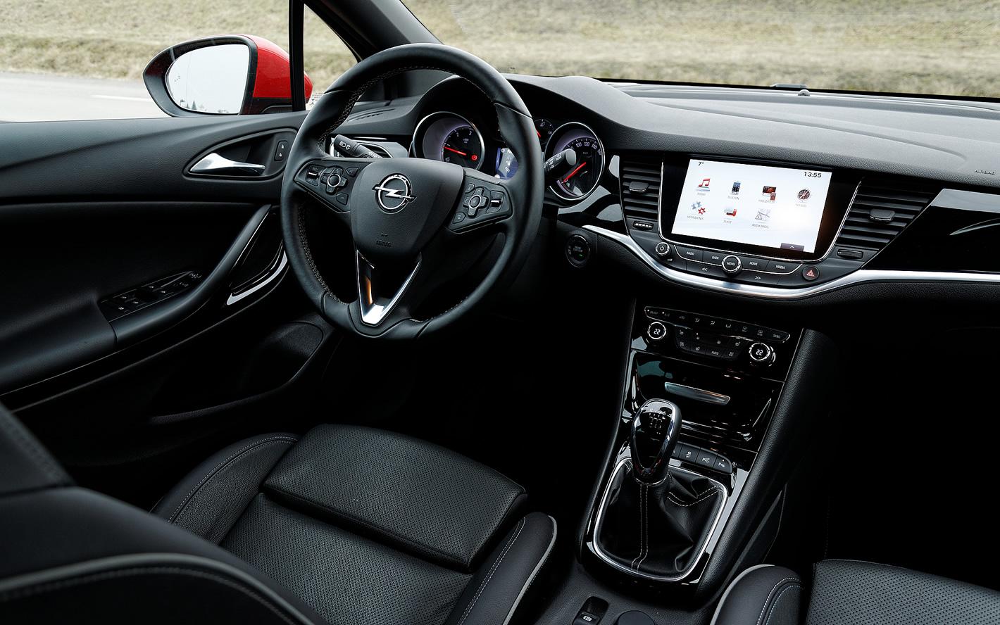 Opel Astra dobrze rozplanowany kokpit