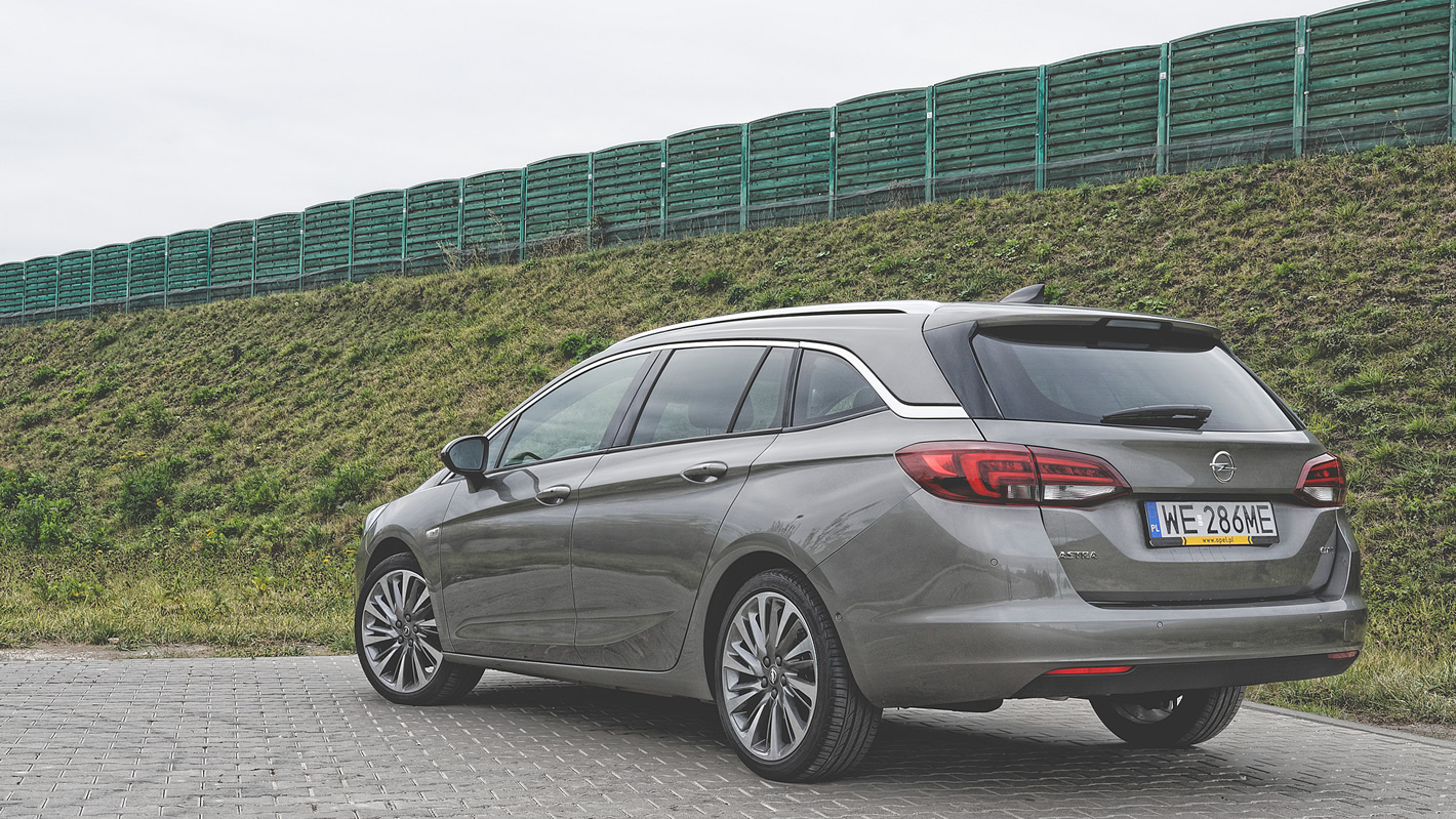 Opel Astra Sports Tourer z tyłu