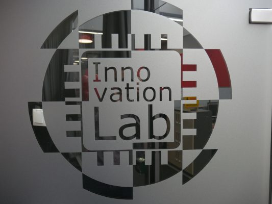 innovation lab - zdjęcie drzwi