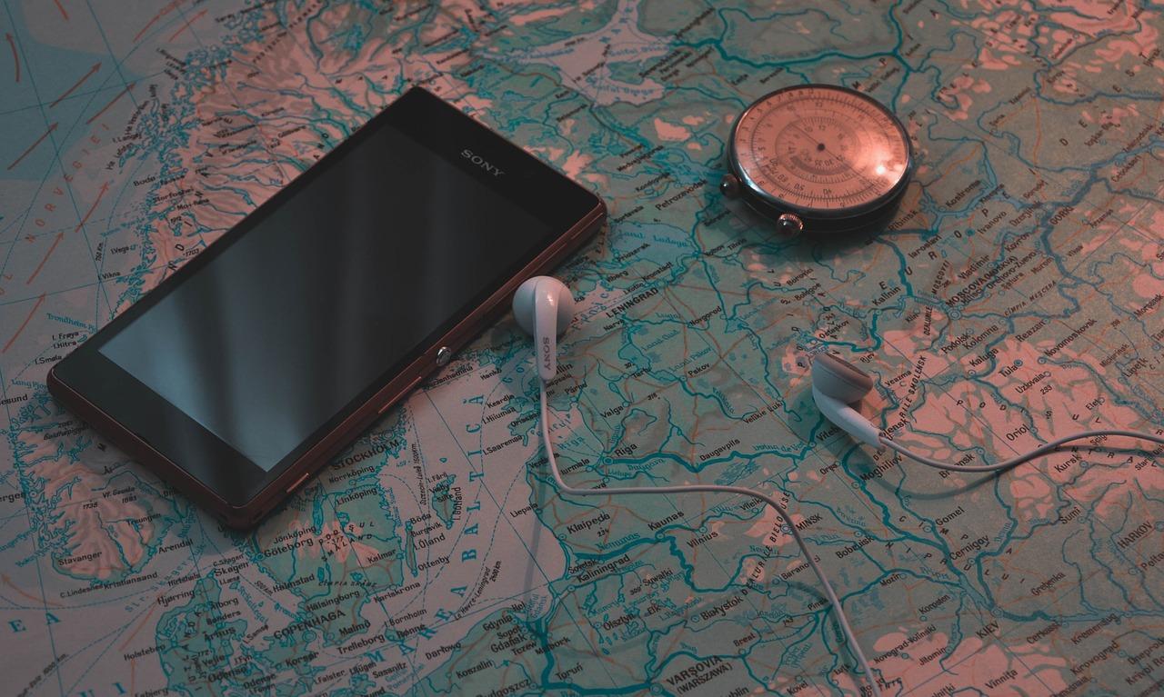Smartfon Sony, słuchawki, kompas i mapa