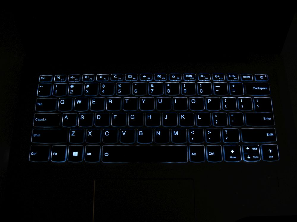 Lenovo IdeaPad 520s posiada również podświetlaną klawiaturę.