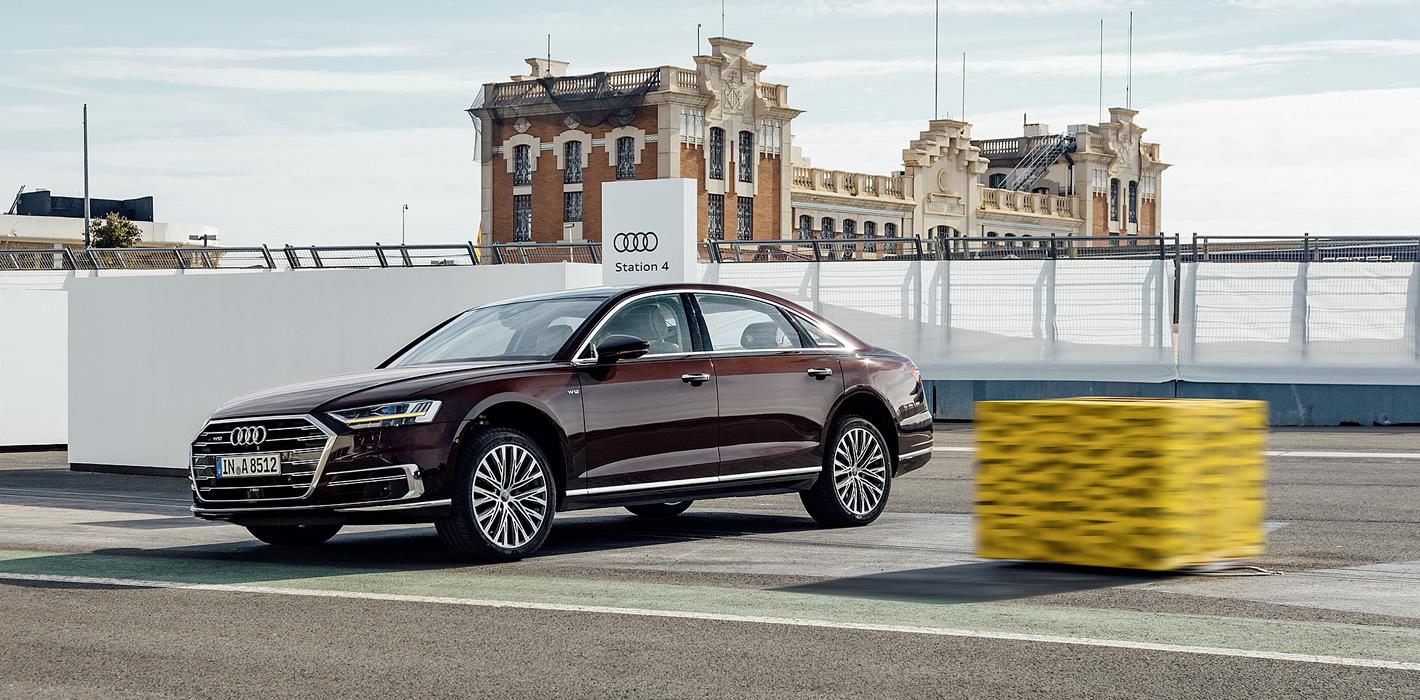 Aktywne zawieszenie w Audi A8 unosi bok pojazdu