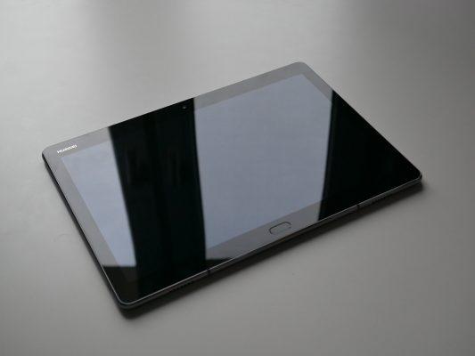 Huawei Mediapad M3 Lite posiada dość spore ramki