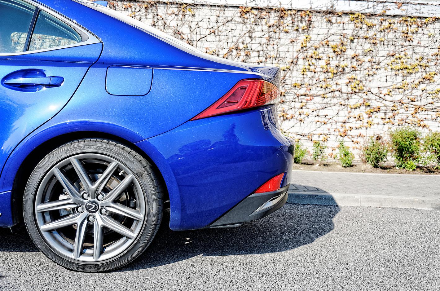 Lexus IS 300h - subtelny spoiler