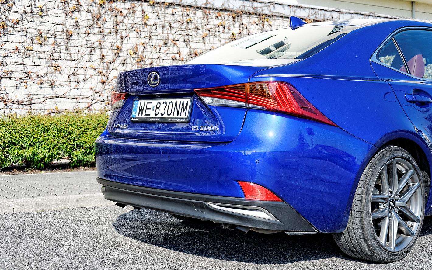 Lexus IS 300h z oznaczeniami wersji hybrydowej