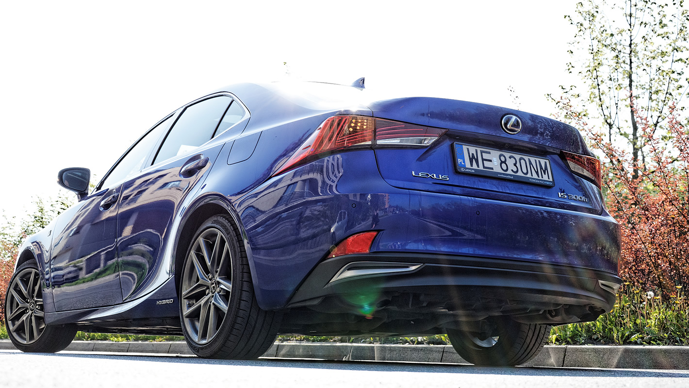 Lexus IS 300h - ukryta rura wydechowa