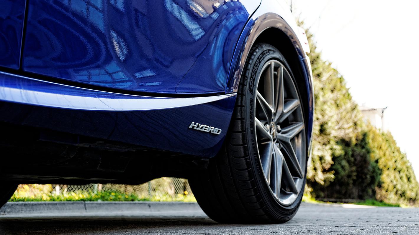 Lexus IS 300h - stylistyka progu