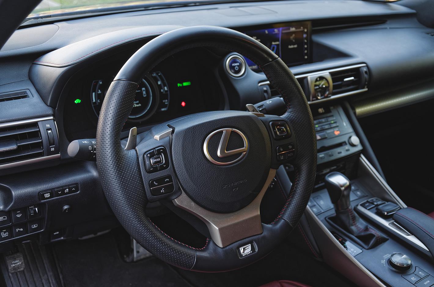 Lexus IS 300h - wygodna kierownica