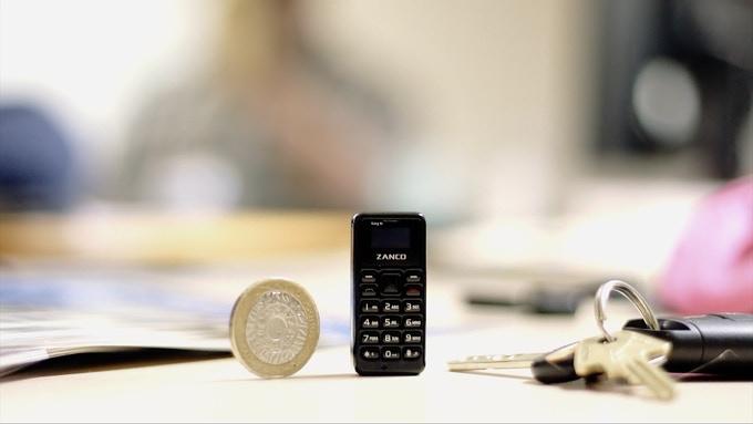 Ten telefon jest niewiele wiekszy od monety.