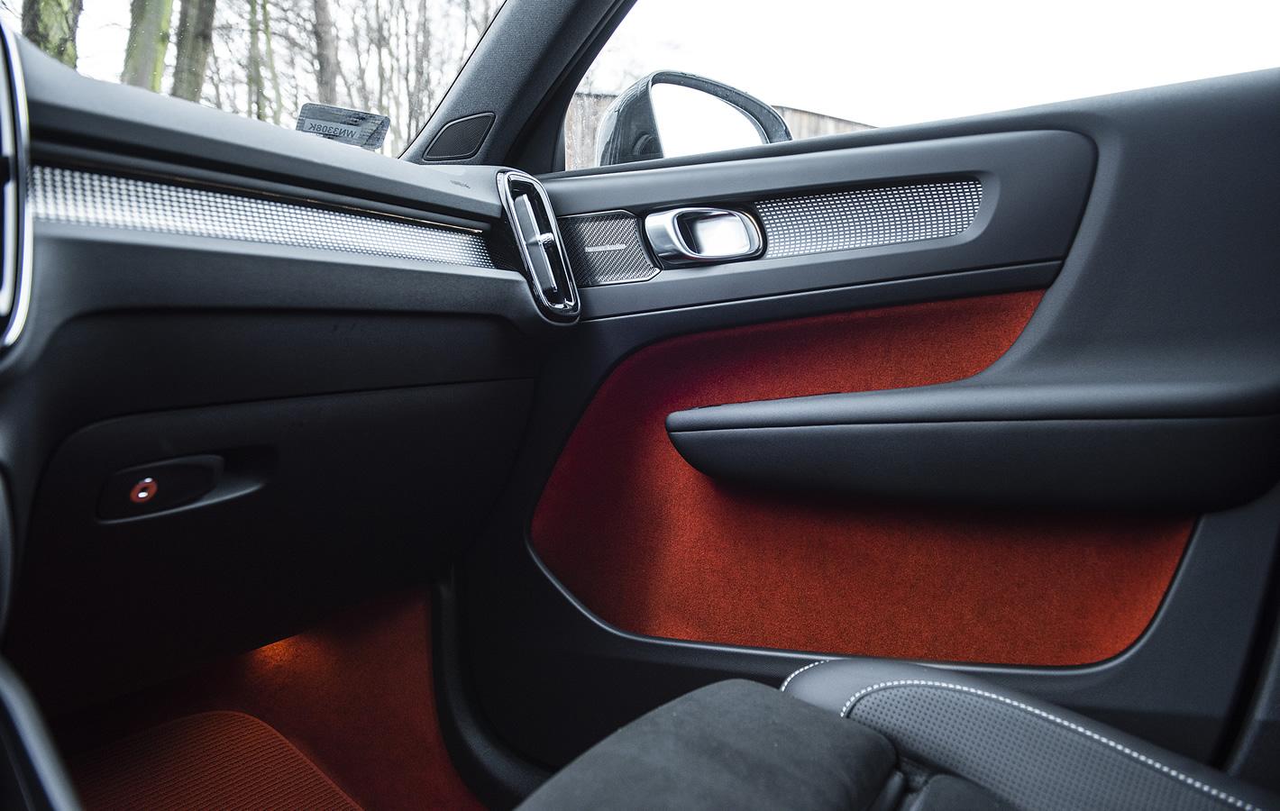 Volvo XC40 - schowek w przednich drzwiach