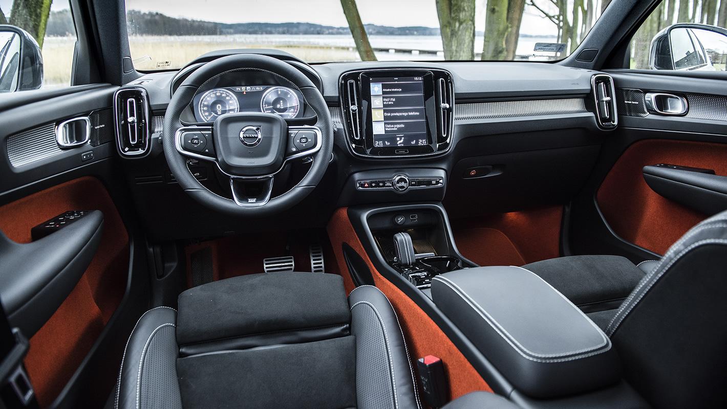Volvo XC40 - wnętrze wykończone w czerwonym kolorze