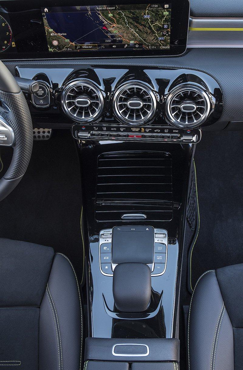 Mercedes-Benz Klasy A - gładzik do sterowania multimediami