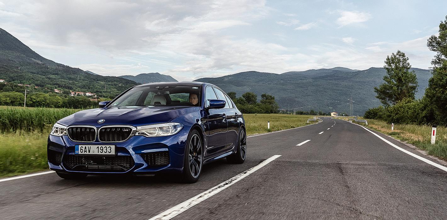BMW M5 w szybkim łuku