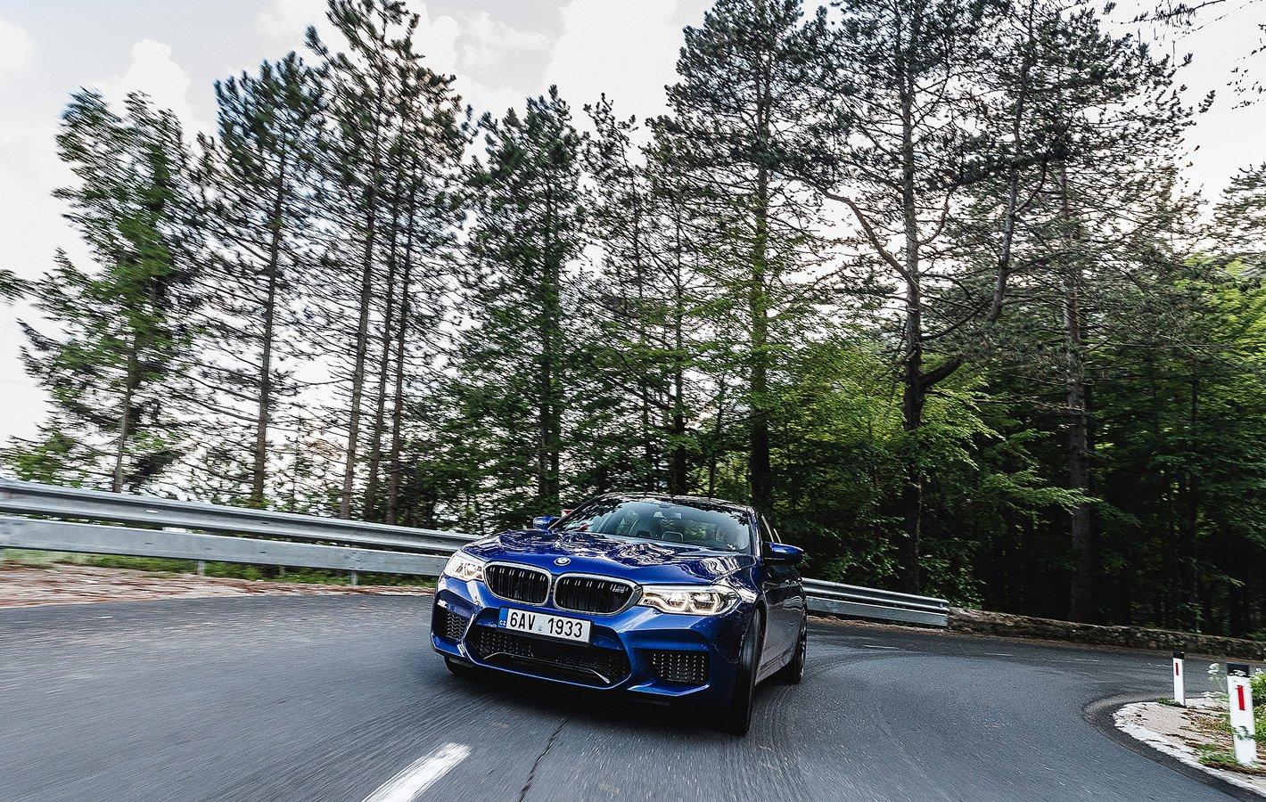 BMW M5 podczas szybkiej jazdy