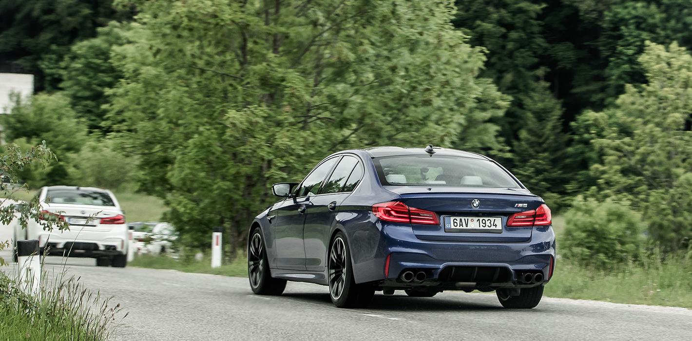 BMW M5 jest bardzo zwinne, nawet mocno przyciskane do muru