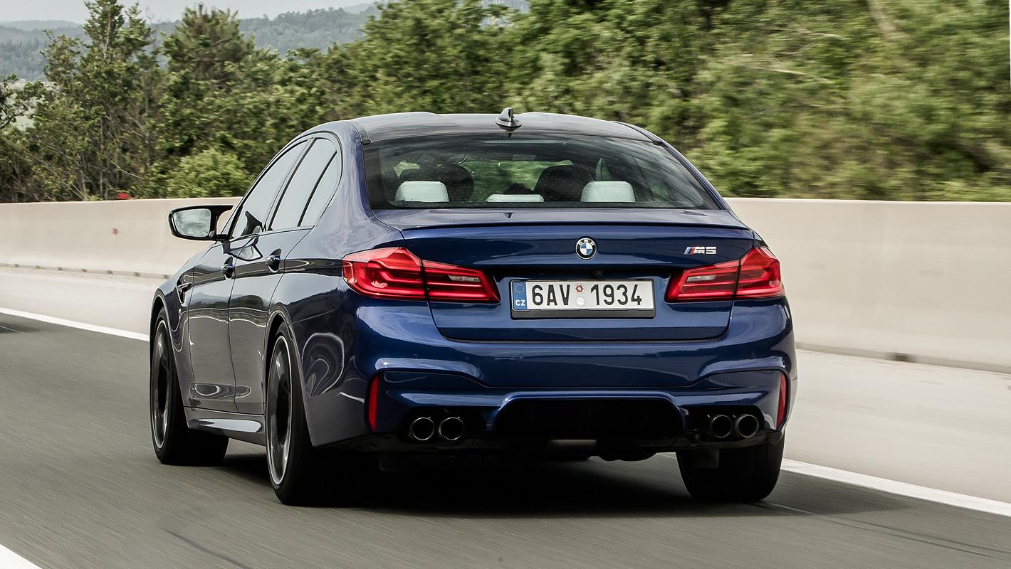 BMW M5 na drodze szybkiego ruchu
