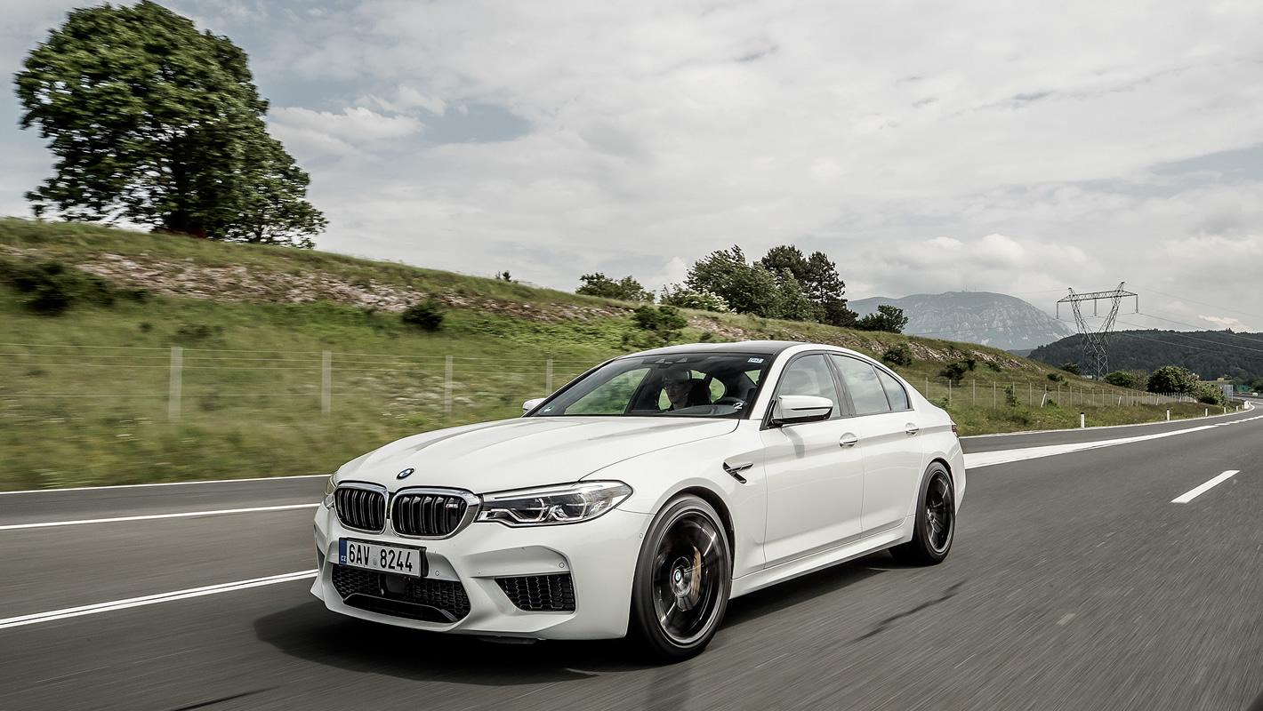 BMW M5 na autostradzie
