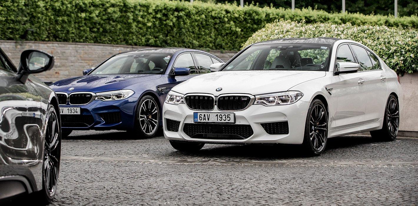 BMW M5 spokojnie czekające na swojego kierowcę