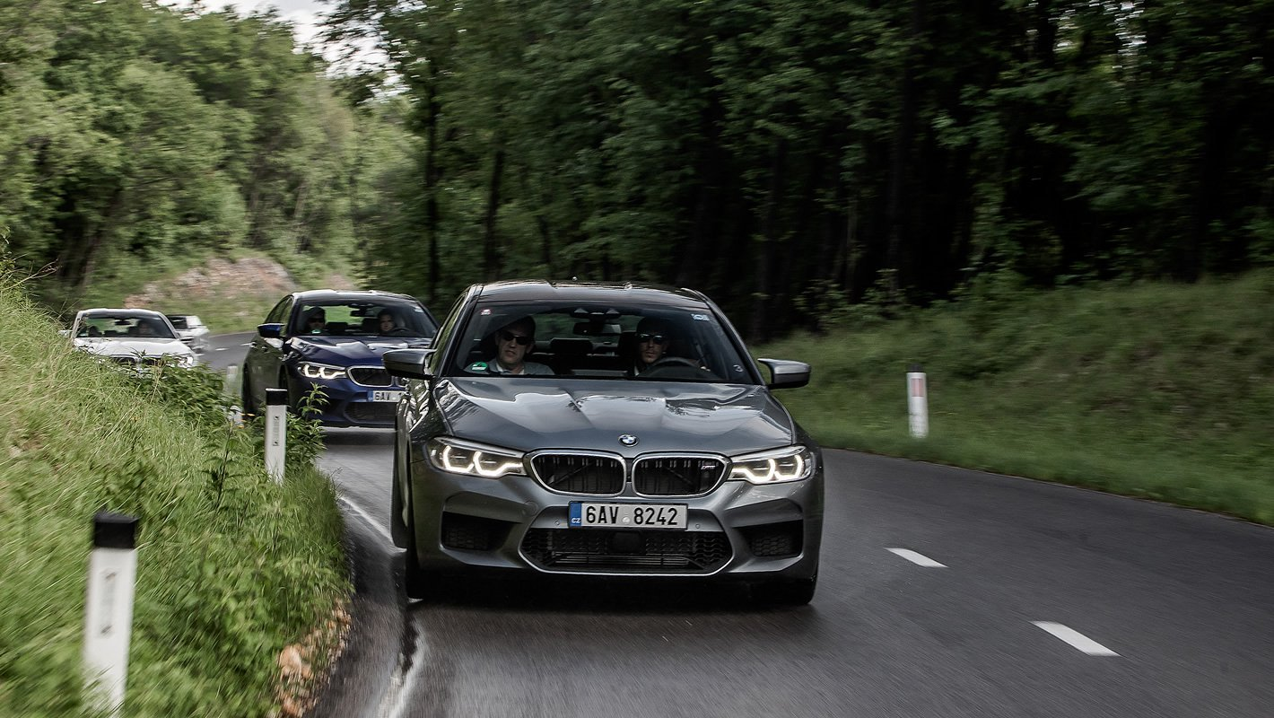 BMW M5 na krętej drodze