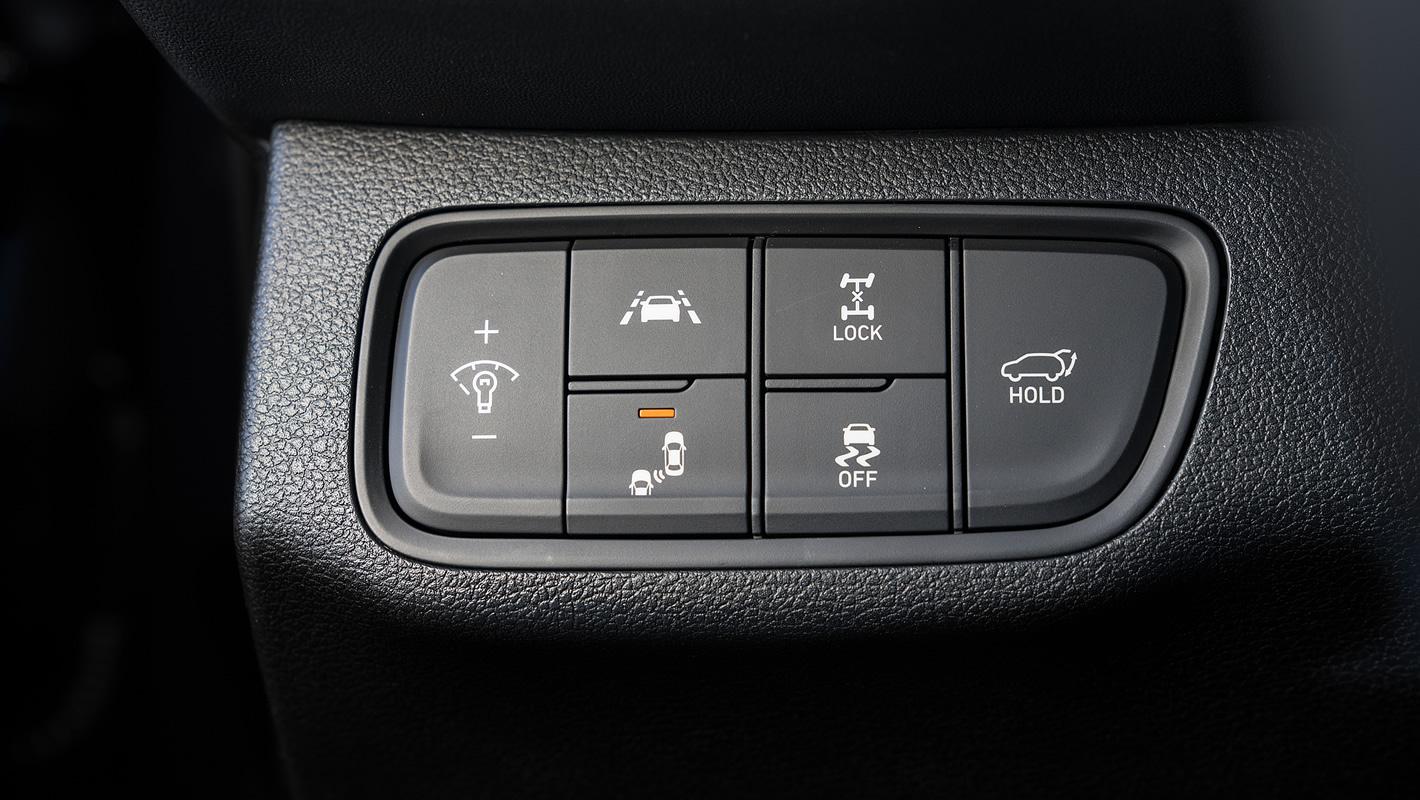 Hyundai Santa Fe 2019 przyciski do włączania i wyłączania systemów bezpieczeństwa
