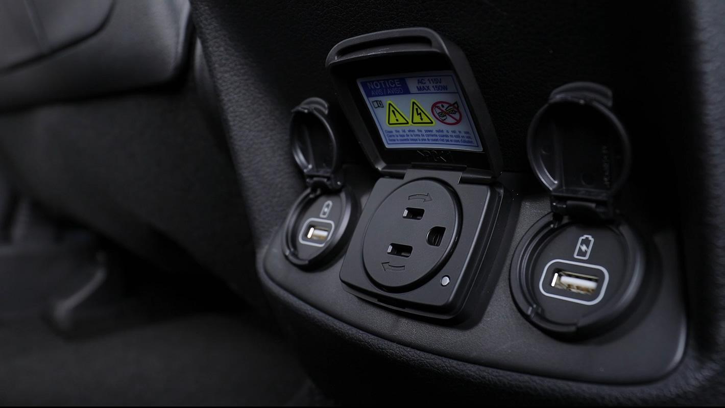 Hyundai Santa Fe 2019 zabezpieczone gniazdko prądu zmiennego